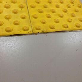 Через месяц-два после монтажа тактильная плитка легко удаляется от подстилающей поверхности
